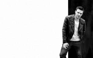 фотосессия, Yu Tsai, белый фон, Nicholas Hoult, Flaunt, черно-белое, футболка, джинсы, актер, кожанка, Николас Холт, 2015, куртка