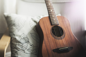 гитара, подушка