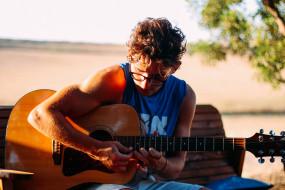 мужчина, очки, гитара