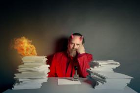 юмор и приколы, огонь, бумаги, человек
