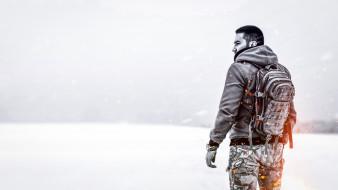 черно-белое, зима, рюкзак, мужчина, искры, один, милитари, погода, одиночество, метель, воин, природа, снег, пламя, степь