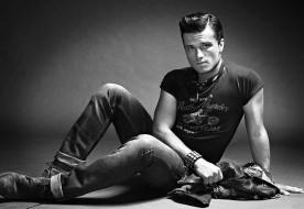 футболка, фотосессия, сидит, Out, Джош Хатчерсон, актер, на полу, куртка, черно-белое, фото, журнал, джинсы, Josh Hutcherson, Nino Munoz