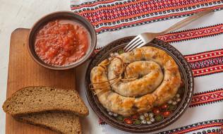 колбаски, хлеб, соус
