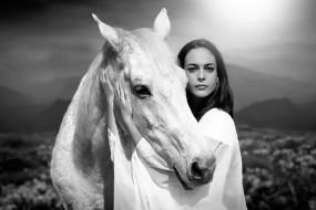 брюнетка, горы, балахон, лошадь