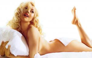 Кристина Агилера, певица, блондинка, улыбка, подушка