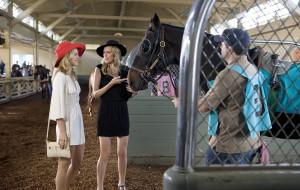 Наоми, Беверли Хилз, разговор, блондинки, девушки, скачки, лошадь, шляпы