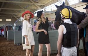 Наоми, Беверли Хилз, блондинки, подруги, скачки, шляпы, лошадь