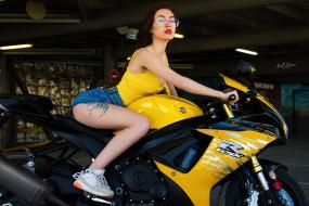 кроссовки, gsx, женщины с мотоциклами, брюнетка, r, джинсовые шорты, suzuki