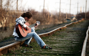 девушка, гитара, рельсы