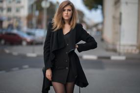 глубина резкости, женщины на открытом воздухе, черное платье, город, черное пальто, руки на бедрах, брюнетка