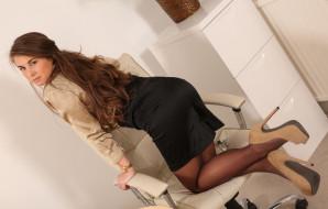 обои для рабочего стола 5616x3592 девушки, sarah macdonald , sarah james, сара, макдональд, блузка, юбка, колготки, туфли, офис, секретарь, стеллаж, кресло, часы