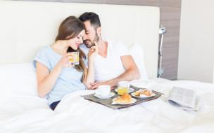 постель, кофе, утро, завтрак, круассаны, сок, пара, любовь, девушка, парень