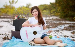 девушка, улыбка, взгляд, гитара, телевизор