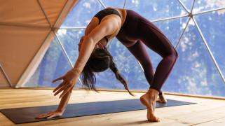 фиолетовая одежда, леггинсы, согнутые ноги, декольте, фитнес-модель, йога, циновка йоги, татуировка, конский хвост, wallhaven