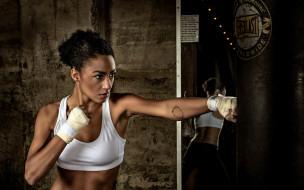 спорт, бокс, топ, бинты, зеркало, груша, удар, брюнетка, девушка