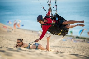 юмор и приколы, man, situation, beach, funny, paragliding, woman, sand, boy, girl, smiling, sport, bikini, humor