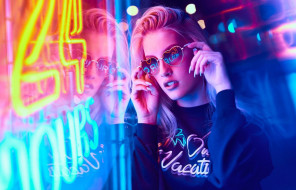девушки, -unsort , блондинки,  светловолосые, неон, реклама, блондинка, очки, свитер