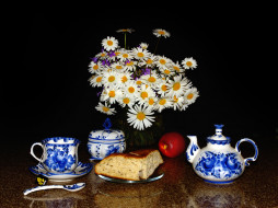 еда, натюрморт, цветы, заварник, ложка, ваза, стол, чашка, сдоба, блюдце, яблоко, черный, фон, ромашки