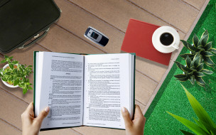 чашка, телефон, книга, стол, чемодан, цветы, кофе, руки