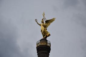 берлин, города, - памятники,  скульптуры,  арт-объекты, птица, венок, крылья, женщина