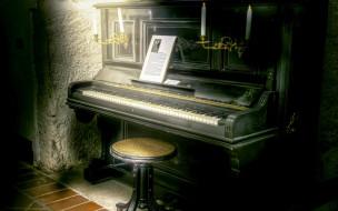 табурет, свеча, пианино
