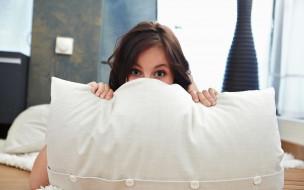 Carolyn Milo, шатенка, подушка, глаза