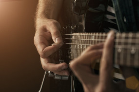 гриф, гитара, руки