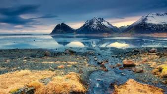 горы, озеро, небо, облака, трава, камни, берег