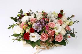 эустома, розы, альстромерия