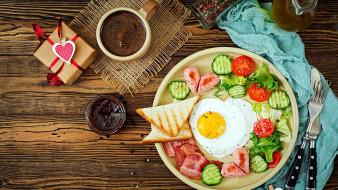 бекон, колбаса, кофе, глазунья, яичница