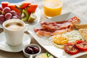 кофе, блудце, чашка, тарелки, фрукты, бекон, яичница