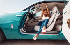 взгляд на зрителя, внутри автомобиля, автомобиль, rolls-royce, женщины с автомобилями, модель, автомобильные салоны, высокие каблуки, сидение, иван горохов, louboutin, блондинка, джинсы