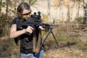 обои для рабочего стола 1600x1067 -Unsort Девушки с оружием, девушки, unsort, оружием, девушка, пулемет, лента