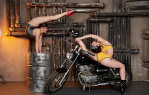 мотоциклы, мото с девушкой, бочка, трубы, шатенки, гараж, купальники, каблуки, мотоцикл, гибкость