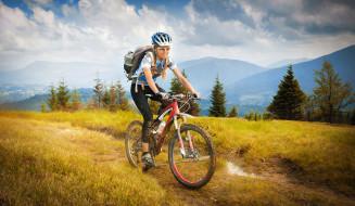 пейзаж, деревья, футболка, спорт, велосипед, горы, очки, грязь, рюкзак, кроссовки, лосины, косички, шлем, перчатки, облака