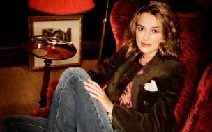 кресло, джинсы, шатенка, жакет, актриса
