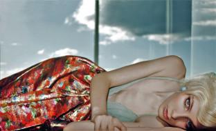 модель, блондинка, юбка, окно