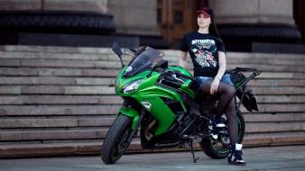 модель и kawasaki, мотоциклы, мото с девушкой, модель, мотоцикл, глубина, резкости, футболка, лестница, спираль, джинсовые, шорты, бейсболки, темные, волосы, женщины, на, открытом, воздухе, кавасаки