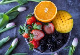 тюльпаны, манго, фрукты, ежевика, апельсин, клубника