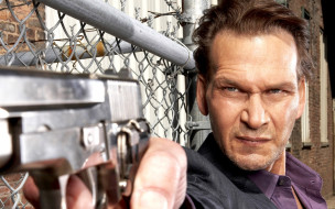 мужчины, patrick swayze, актер, лицо, пистолет