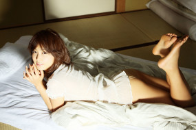 Yashiro Minase, поза, девушка, азиатка, модель, взгляд, макияж, лежит, кровать
