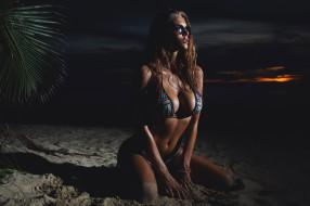 поза, модель, пальма, вечер, рыжеволосая, песок, красотка, купальник, девушка, фигура, берег, пляж, очки, сидит