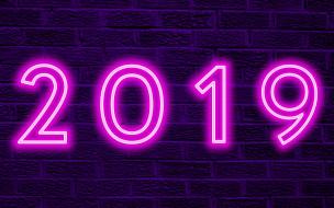 с новым 2019 годом, фиолетовый фон, 2019 год, стена, креатив, неоновые цифры, 2019, кирпичная стена