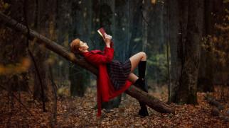 лежа на спине, на открытом воздухе, лес, осень, книга, чтение книги, девушки, рыжая