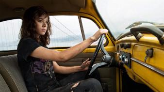 кино фильмы, bumblebee, девушка, кадр, hailee, steinfeld, хейли, стайнфелд, бамблби, салон, сидит, жёлтый, фантастика, шатенка, за, рулём, автомобиль, майка, джинсы