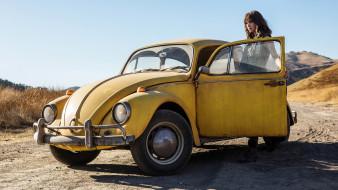 кино фильмы, bumblebee, бамблби, автомобиль, кадр, фантастика, жёлтый, hailee, steinfeld, хейли, стайнфелд, небо, дорога, девушка, солнце