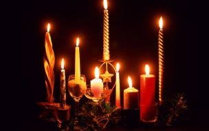 праздничные, новогодние свечи, остролист, бокалы, свечи