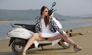 мотоциклы, мото с девушкой, девушка, взгляд, фон, мотоцикл