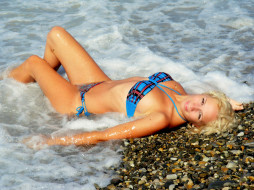 море, галька, купальник, блондинка