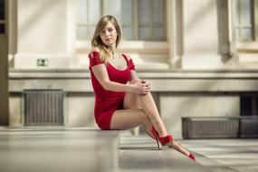 женщины на улице, глубина резкости, ожерелье, высокие каблуки, смотрит на зрителя, красное платье, длинные волосы, блондинка, модель, Alba Mendoza